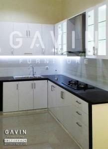 Lemari Dapur Dengan Bahan HPL Dan Kaca